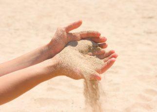 Đâu ai biết rằng tình yêu chỉ như nắm cát trong lòng bàn tay