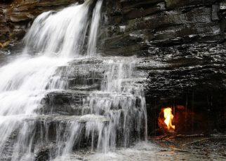 Khám phá 'ngọn lửa vĩnh cửu' rực cháy trong thác nước Eternal Flame